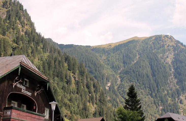 Am Anfang des Kötschachtales findet sich das Gasthaus Reiterbauer, dahinter der Flugkopf