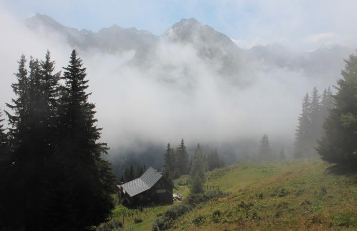 Der Morgennebel lichtet sich über der Salesenhütte.