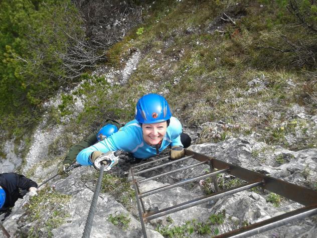 Am Klettersteig sind an schwiergen Stellen Steighilfen fix montiert