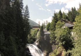 Wir radeln am oberen Teil vom berühmten Bad Gasteiner Wasserfall vorbei