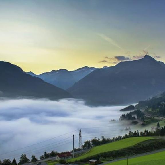 Egy felhőn ülünk, fent a város felett... 🙂 #austria #österrich #gasteiner #gasteinertal #gastein #clouds #mountainsphoto #mountainlove #city #sunrise #hobbyphoto #austriaphoto #weloveaustria #instaphoto #trip #advantures #angertal