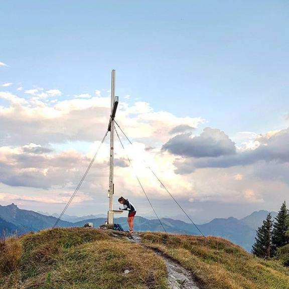 S U N D O W N E R 💛  #hike#mountains#mountainlife#mountaineering#salzburg#gastein#dorfgastein#gasteinmoments#visitgastein#alps#gipfelbuch#berghasen#catchmeoutside#steigauf ⛰️