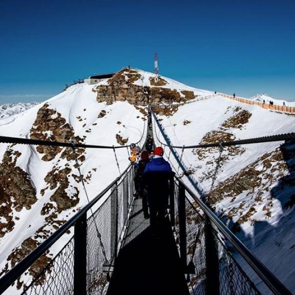 🌉 . . . . . #badgastein #stubnerkogel #mountains #bridge #suspensionbridge #outdoor #nature #snow #winterwonderland #alps #visitaustria #discoveraustria #visitgastein #sunny #stayandwander #eatwelltraveloften #hike #fujifilm #fujifeed #trip #xt10 #igersviennaontour #igersaustria