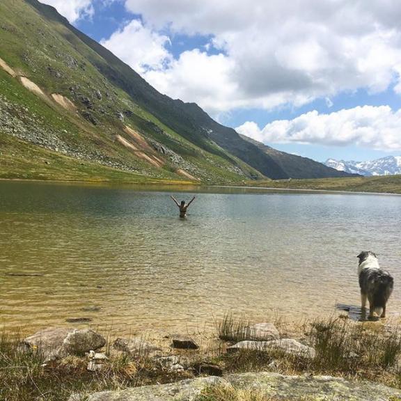 🏔🌊 #hikeandswim#lake#lakeday#hiking#hikingwithyumathedog#gasteinertal#visitgastein#visitbadgastein#bockhartsee#icecoldwater