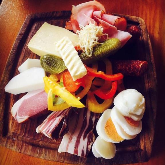 """När man inte vet vad man beställer (bara tysk meny) och får in en """"alpisk"""" ost- och charkbricka! 😍 Precis när vi kommer fram till #poserhöhe och alpstugan öppnar sig dessutom himlen och det ösregnar - fram tills vi är klara med lunchen. #turioturen"""