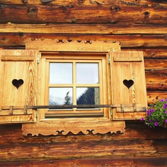 Perfect little window. Love the reflections 💕 #view#mountains#reflections#poserhöhe#badgastein#window#cute#loveit#hiking#girlsweekend#celebratethelittlethings#suncomesout#weekends#nature#lovelife