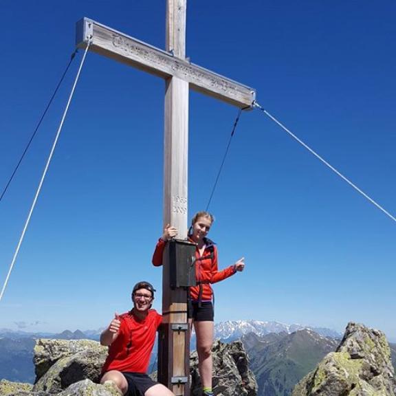 Genusswanderer oder Gebirgsjogger? 🤔 Am Gipfel kumman olle zaum! 😉 #graukogel #gipfelkreuz #gasteinertal #hiking #austria #beautifulday #sunday #funday #weekendgetaway #fitfam #salzburg #nofilterneeded