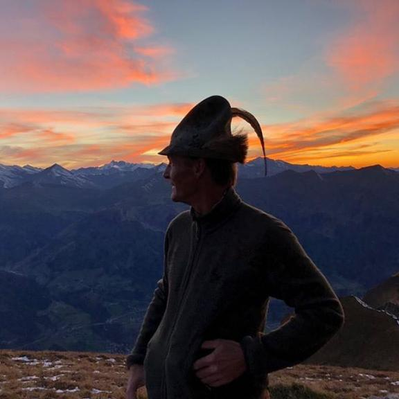 Unser Wanderführer Christian beim Sonnenuntergang am Gamskarkogel! 🌄  #thermenhotelsgastein #hotelnorica #hotelastoria #hotelalpina #hoteltauernblick #hotelbadhofgastein #gastein #badhofgastein #gasteinmoments #mindthemountains #sungoesdown #sunset #sonnenuntergang #wandern #hiking #mountainlife #bergleben