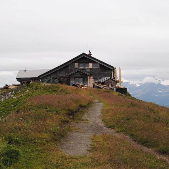 Direkt oben am Gipfel des Gamskarkogels und im Hintergrund die schneebedeckten Berge - einfach schön! 😍⛰ Mehr dazu findest du auf meinem Blog! #linkinbio ••••••••••••••••••••••••••••••••••••• #stefistravelstories #wandern #österreich #austria #großarltal #großarl #hofgastein #gastein #berge #salzburg #alpen #tauern #gamskarkogel #gamskarkogelhütte #visitaustria #visitsalzburg #visitsalzburgerland #natur #genießen #sommer #feelaustria #discoveraustria #feelaustria