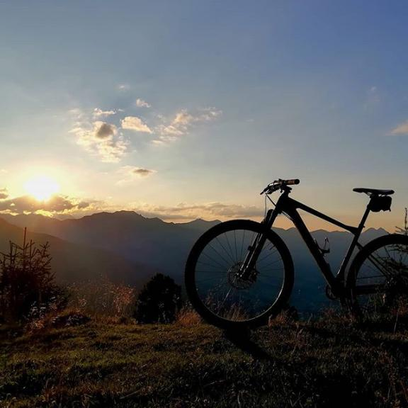 Afterwork MTB Tour #gastein #gasteinertal #badgastein #gasteinmountains #mountains #mtb #mountainbike #bergbikergastein #homeiswherethemountainsare #visitgastein #salzburgerland #austria #bikeandhike #graukogel #montegrau #sunset #bmc