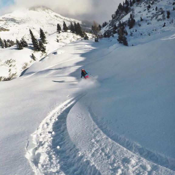 Auch die Freeride-Saison ist bereits eröffnet und die Bedingungen in Gastein sind hervorragend. . 📍 Leidalm // Gastein ⛷ Freeride 📷 @lisajulia___ . . . #peaksandrosycheeks #freeride #gastein #schlossalm #salzburgerland #salzburg #powder #girlswhoshred #homeiswherethesnowis #followcam #snow #winter #mountainlife #outdoorwomen #getoutside #weekend #oneofthesedays #skithealps