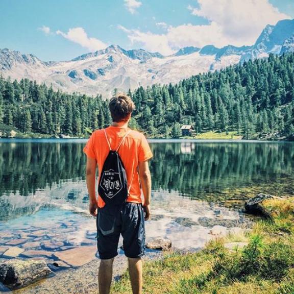 Wow 😍 Wir genießen das herrliche Panorama am Reedsee in Bad Gastein 👌🏻 Wer mehr darüber erfahren will - der Link ist in der Bio 😊  We ❤️ Austria   pic by @janpoeltner  #1000thingsinaustria #austria #igersaustria #austrianblogger #badgastein #gastein #reedsee