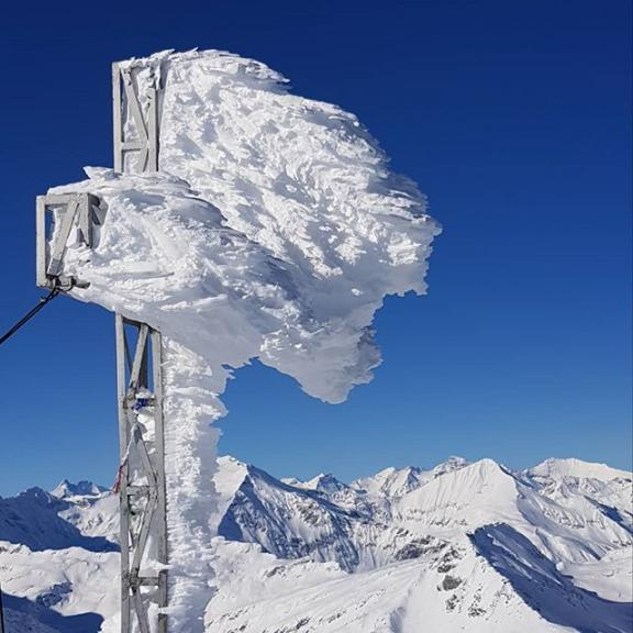 Snøen har hengt seg på korset #austria #skiaustria #mountain #sportgastein #fjell #austrianalps