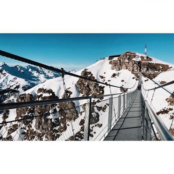Edging. . . #suspended #metallic #bridge #suspensionbridge #mountains #void #valley #snow #clear #blue #sky #architecture #photography #architecturephotography #engeneering #badgastein #stubnerkogel #austria
