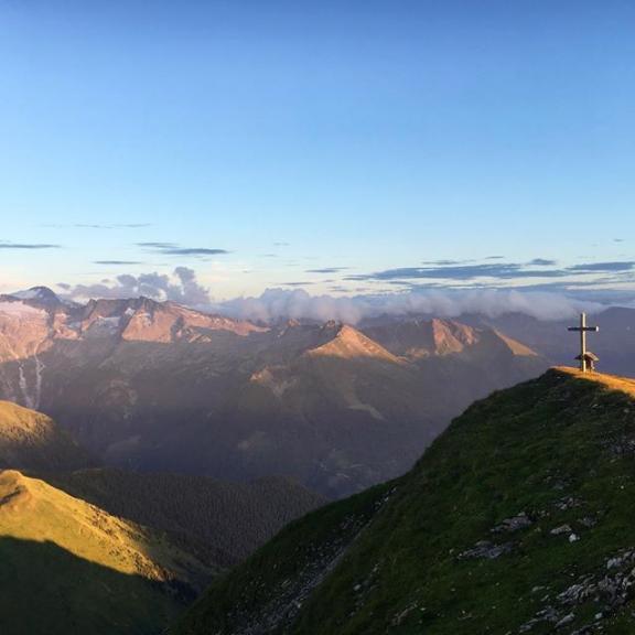 {we have nothing to lose and a world to see} 👉🏻🏔💚 #gamskarkogel - now on the blog 👉🏻 link in bio (only in german available) #alps #austria #hohetauern #ankogelgruppe #salzburgerland #gastein #gastein_moments #hikingadventures #hikingwithfriends #weekendhikes #mountains #mountaingirl #mountainlovers #homeiswherethemountainsare #lifeisbetterinthemountains #landscapelovers #naturelover #berge #bergsommer2017 #summit #gipfelglück #gipfelstürmer #wandern #exploretheunseen #neverstopexploring #takemetothemountains #outdoorgirl #bergverliebtes