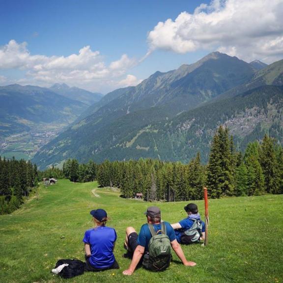 Liten paus i skidbacken #graukogel #vila #paus #hikests #alpresor #varmt #gasteinerdalen #österrike #hiking #vandra #alperna #härligt #sommar