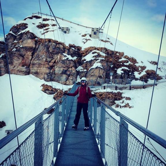 As if the views from the top of Stubnerkogel (2,246m) alone were not attraction enough, you can enjoy them on a 140m long suspension bridge.  #stubnerkogel #badgastein #gastein #visitgastein #salzburgerland #hängebrücke #suspensionbridge #berggipfel #mountaintop #schnee #snow #winter