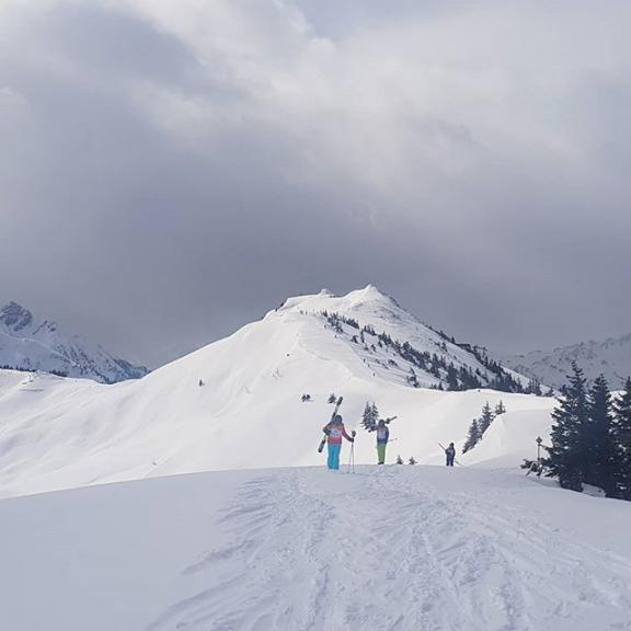 Freeriding with the kids #tonigruberskischule #tonigruberskischool #tonigruber_skischule #grossarl #fulseck #salzburgerland #365austria #visitaustria #powder #youngradicals #kids #offpiste #ski_islife #ski @tonigruber_skischule #skiinstructorlife #skiinstructor