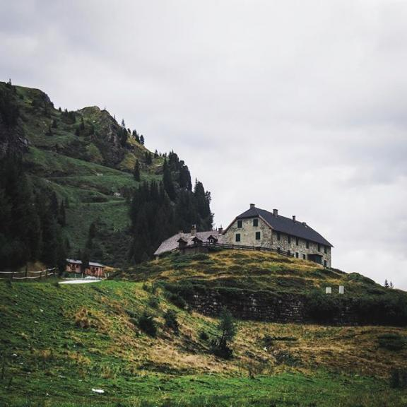 It's time for #alpenstrasse ... Údolí okolo SportGastein nás dostalo svými vodopády, chaloupkami, koňmi a kopci všude okolo. Pozornému oku neunikne cesta klikatící se do kopce za touhle chatkou. Cesta sice krásná, ale zrádná ... nedoporučuji, opakuji nedoporučuji se tama vydat nahoru k jezeru  proč se dočtete pod minulou fotkou.  #takeahike #optoutside #getoutside #getoutstayout #theoutbound #ihike #outdoorlife #naturelovers #intothewild #thegreatoutdoors #wildernessnation #wildernessculture #forgeyourownpath #adventurethatislife #lifeofadventure #awakethesoul #thecoolmagazine #roamearth #stayandwander #seeyououtthere #roam #nationalparkhohetauern #mountains #sportgastein #igerscz #earthpix #topaustriaphoto #visitaustria #travelstoke . . @visitgastein @visitaustria @discoveraustria