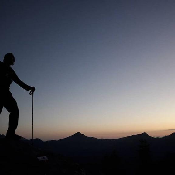 watching the sun rise from the top of a mountain, is definitely worth waking up at 4 am .! 🌄 #sunrisehike #sunrise #wanderlust #hikeandfly #graukogel #gasteinertal #gastein #visitgastein #goldenerherbst #hikingadventures #endlesssummer #paragliding #paragleiten #traumtagal #bluebird #swingapus  #gasteinmoments #stoked #whoohoo #whataview  #thebeautyofnature #fliagn #whataview #homeiswherethemountainsare