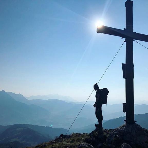 Ohne Filter! - unfassbar aber wahr. Das Bild zeigt den Gamskarkogel morgens um 8.00 Uhr. Wir sind am Dienstag von Werfen zur Ostpreußenhütte (1630hm) aufgestiegen. Von dort aus ging es heute zum Hochkönig (2941hm) und zum Matrashaus. Morgen früh gehts schon wieder ins Tal.. ☹️🗻———————————————————————— #mountainlove #edelrid #wandern #bergsteigen #camper #vanlifediaries #klettersteig #vanlifegermany #vanlifers #smallvan #camping #campervan #camperlife #vanlove #hiking #berge #mountain #vansofgermany #hochkönig #climbing #view #projektvanlife #roadtrip #hiking #homeiswhereyouparkit #wanderlust #travel #berchtesgaden #matrashaus #ostpreussenhütte #gamskarkogel