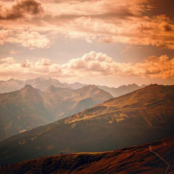 the sky burns . . . #nikonaustria #nikon #nikond7500 #fhfotografie #shootcamp #natur #nature #natura #natural #naturelovers #naturephotography #berge #berg #gastein #gasteinertal #hofgastein #schlossalm #mountains #mountain #photos #photoshop #photography #photooftheday #perfectshot #foto #fotografie #naturfotografie #visitgastein