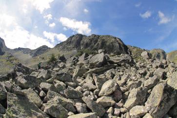 Der wilde Weg führt uns über unzählige Felsen